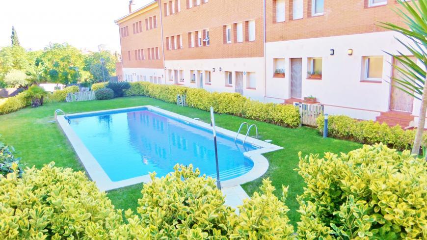 Casa en calella en alquiler zona comunitaria con piscina for Casa con jardin alquiler barcelona