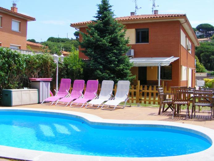Chalet con piscina en sant pol de mar for Casa con jardin alquiler barcelona